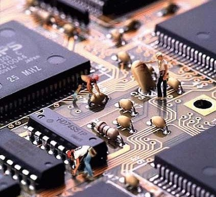 tecniciens travaillant dans un composant informatique